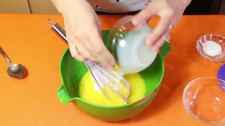 вливаем молоко в яйца