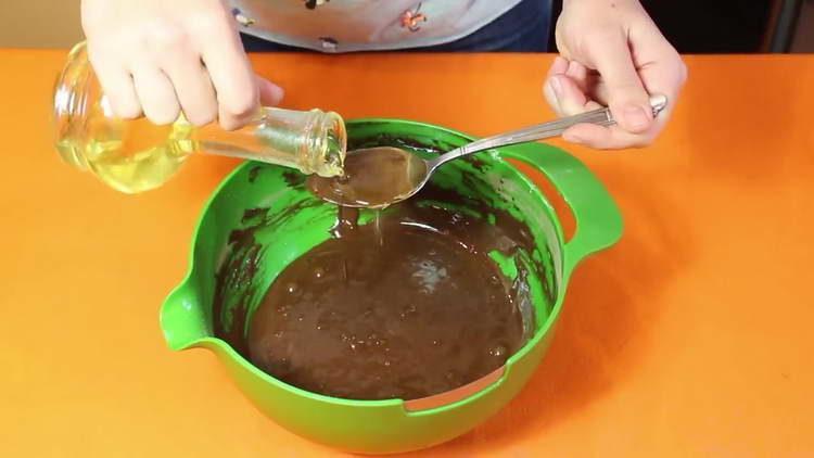 вливаем в тесто масло