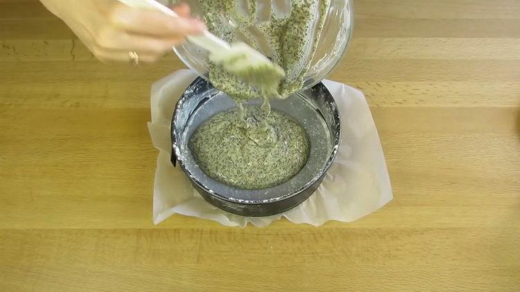 выложите тесто в форму