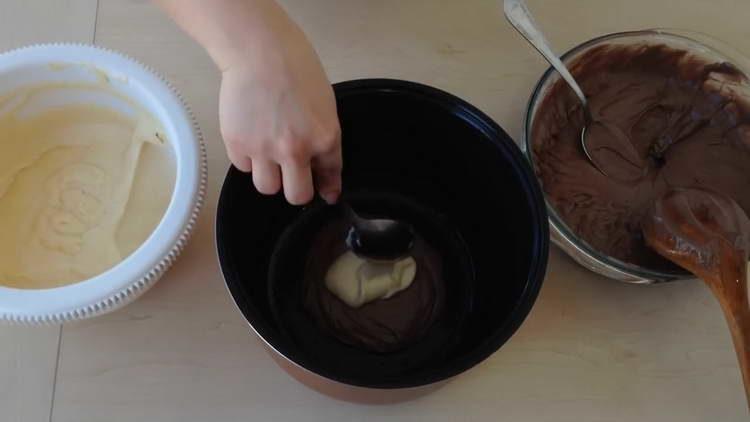 частями выкладываем в форму тесто