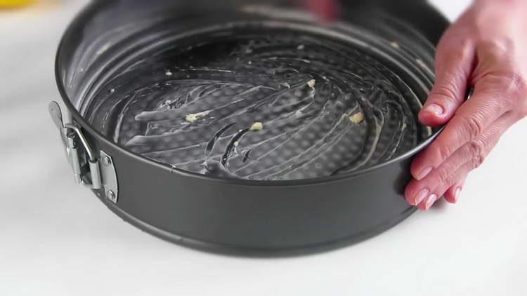 смазываем форму для выпечки маслом