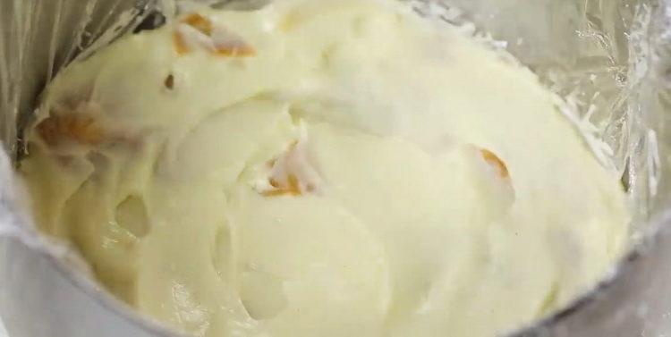 выложите крем в форму