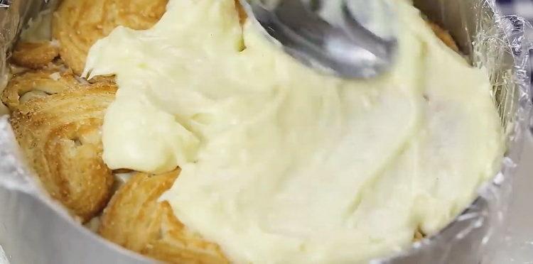 смажьте печенье кремом