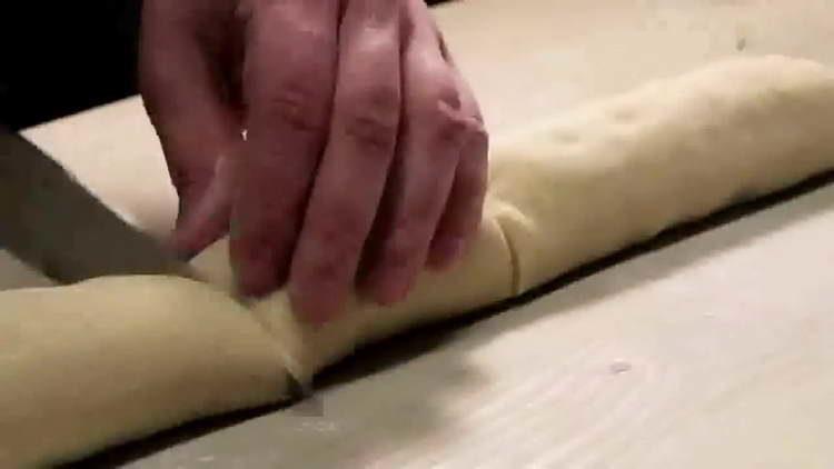 разрезаем тесто на восемь частей