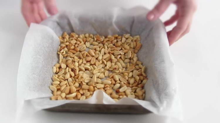 в духовке жарим арахис