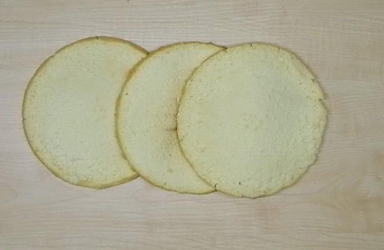 разделите бисквит