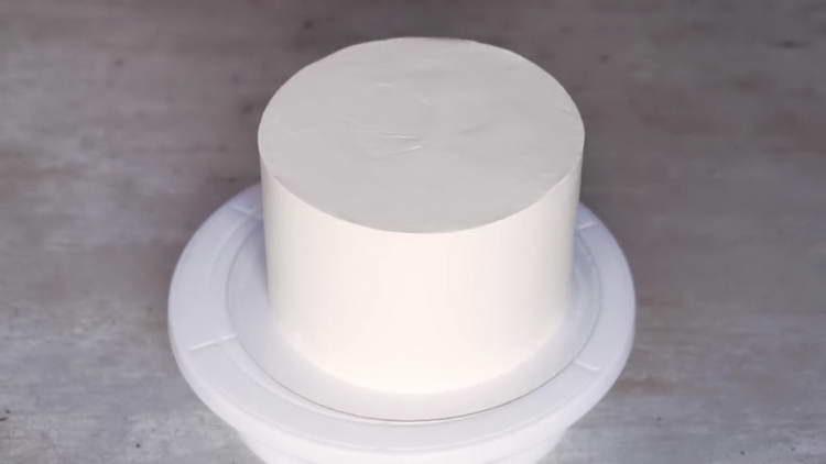 выравниваем крем на торте