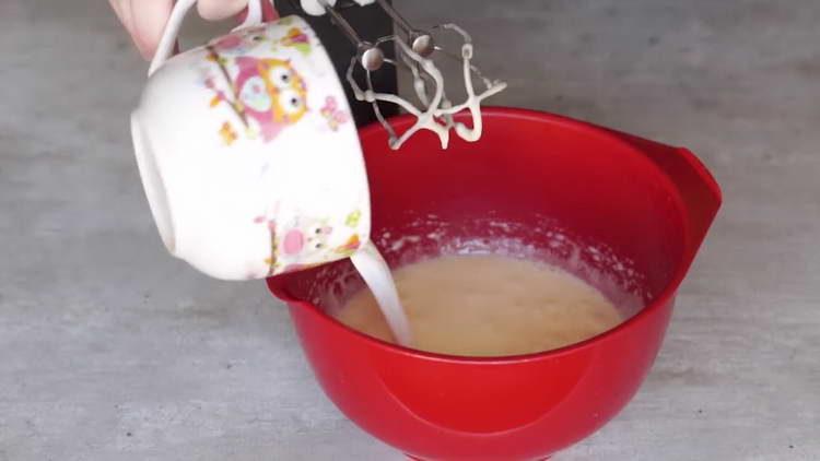 вливаем в яйца молоко