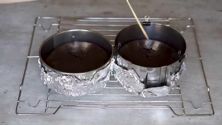 проверяем готовность бисквита шпажкой