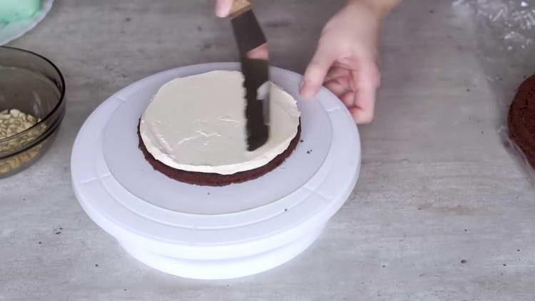 смазываем бисквит кремом