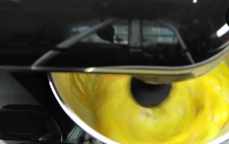 вбиваем в чашу миксера желтки