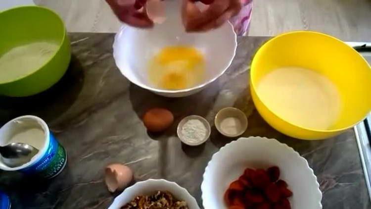 выкладываем в миску яйца