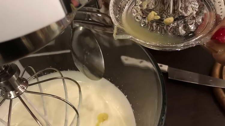 вливаем лимонный сок в сметану
