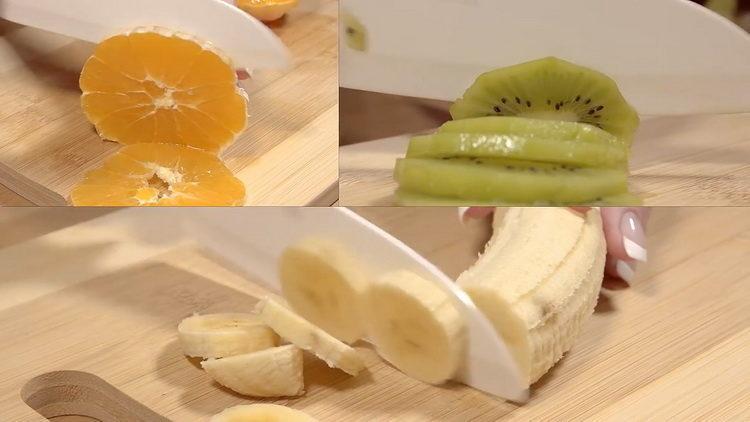 нарежьте фрукты