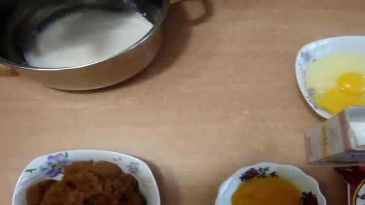 высыпаем в кастрюлю сахар
