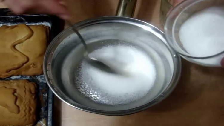 высыпаем в сотейник сахар