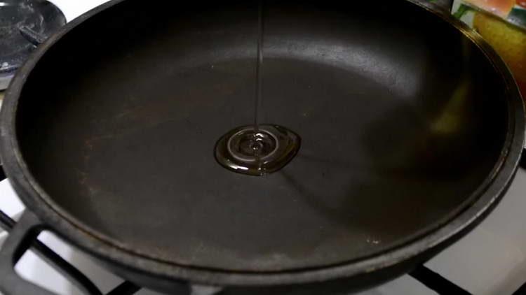 вливаем в сковородку масло