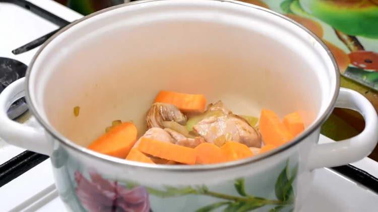 добавляем в кастрюлю морковку