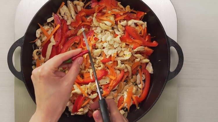 нарезаем перец чили