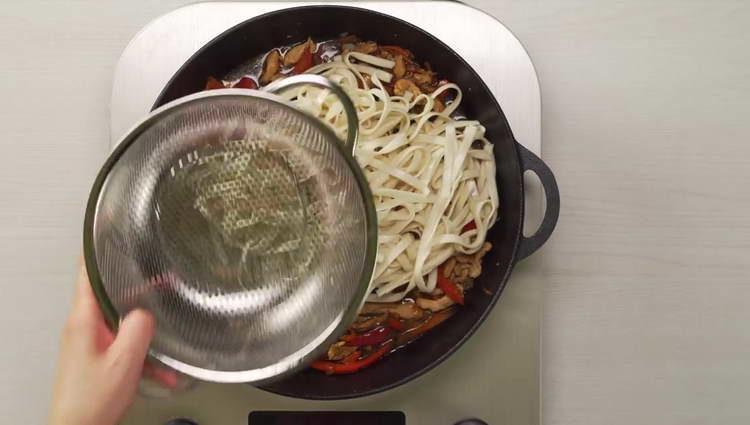 выкладываем лапшу в сковородку