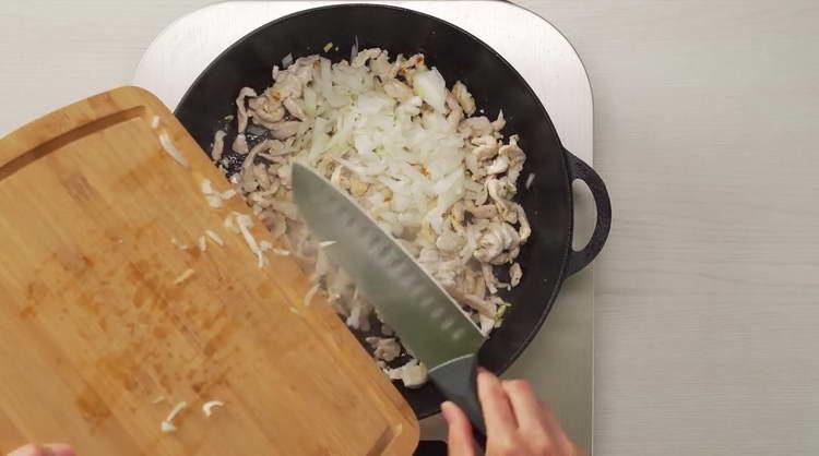 отправляем в сковородку нарезанный лук