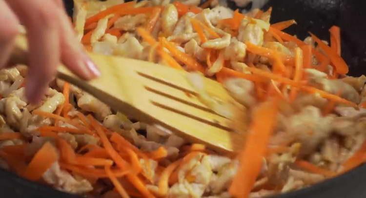 добавляем в сковородку морковку