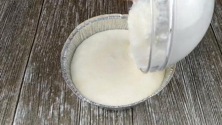 Вылейте тесто в форму