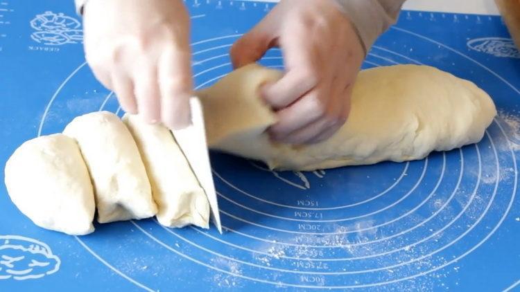 разделите тесто